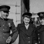 Горожане на углу проспекта Сталинских ударников (наб Двины) и улицы Поморской