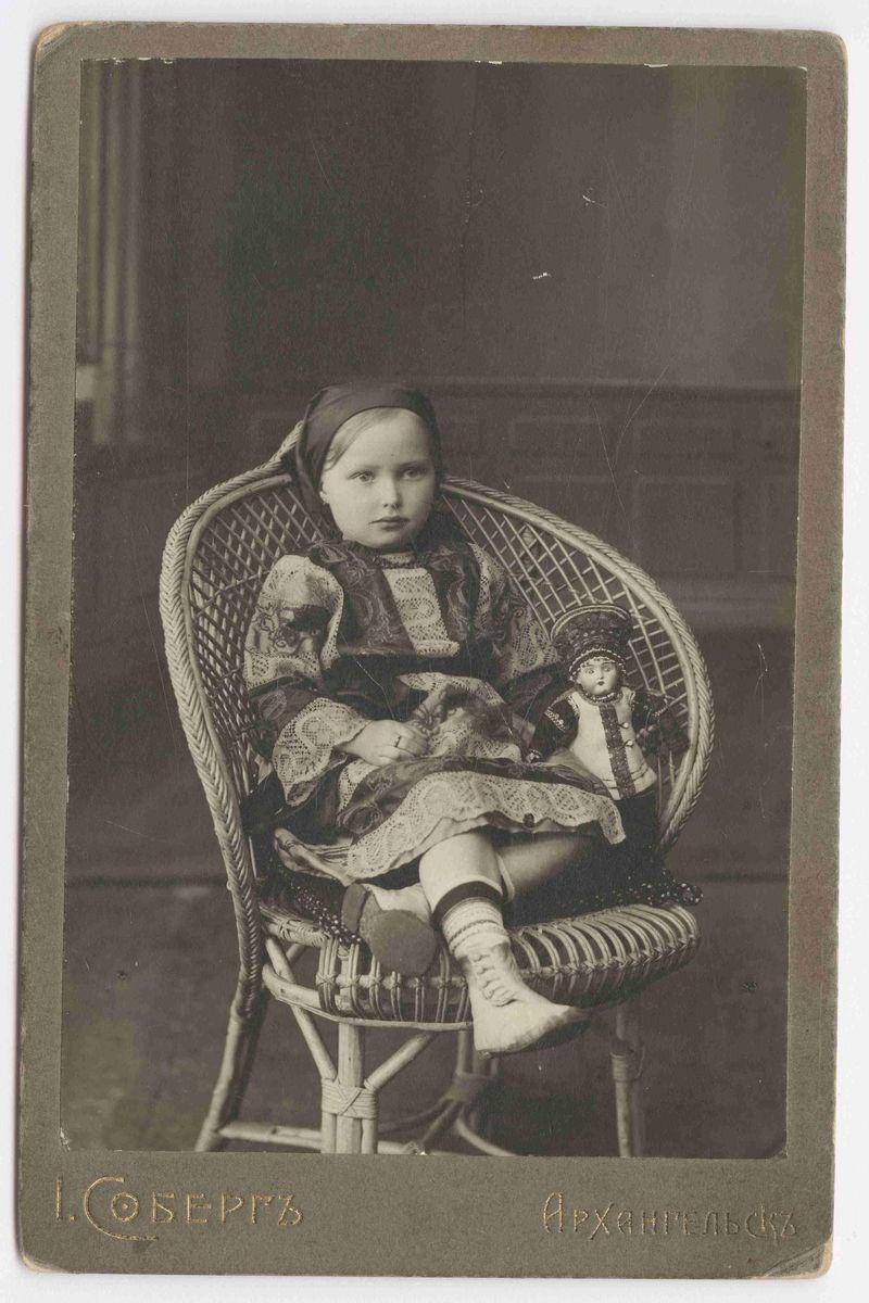 АОКМ КП-25729-2 Соберг Я. Фотография. Портрет девочки в кресле с куклой