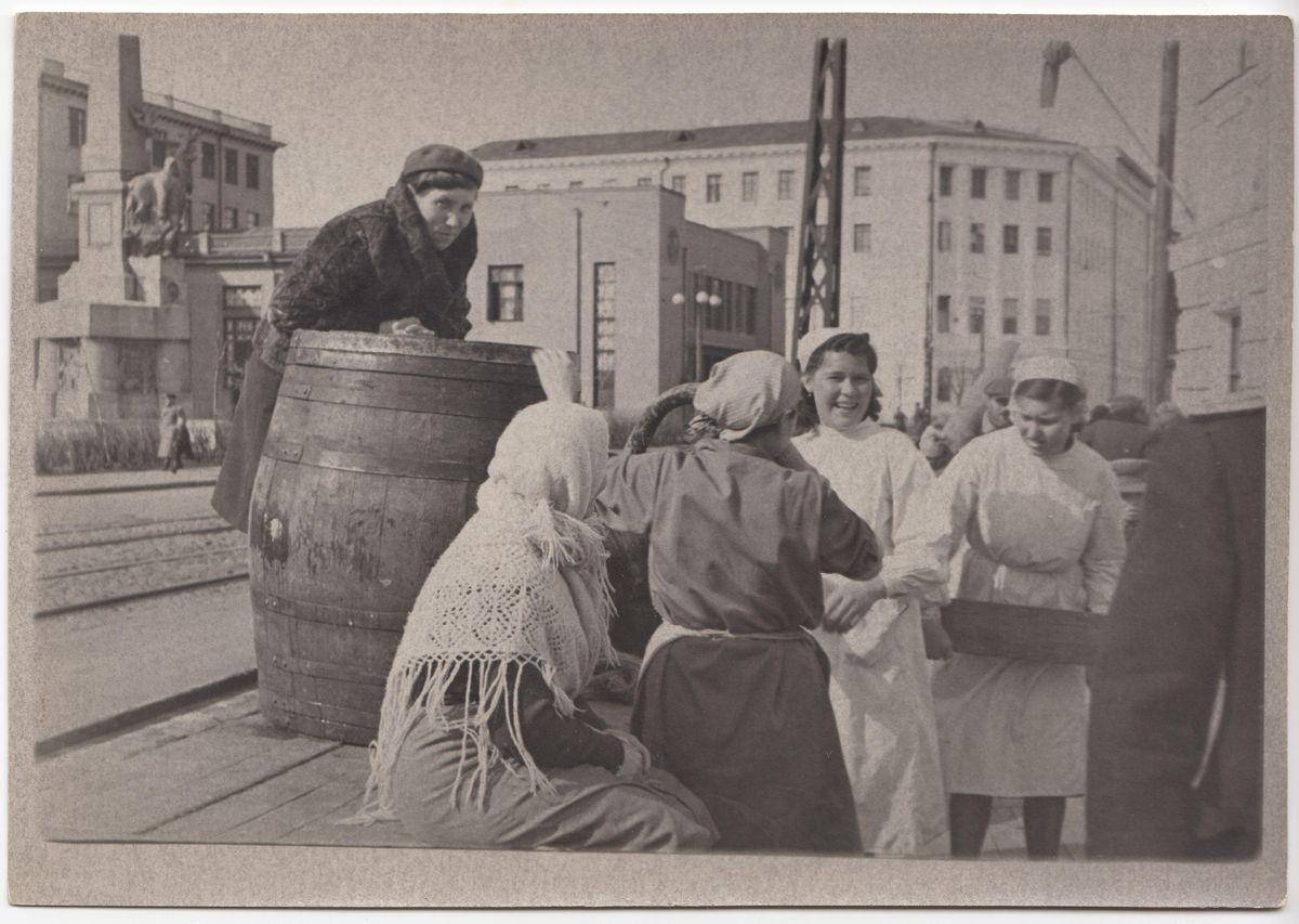 АОКМ КП-38675-7 Кушневский Н.В. Фотография. Работники столовой скатывают бочку с пивом